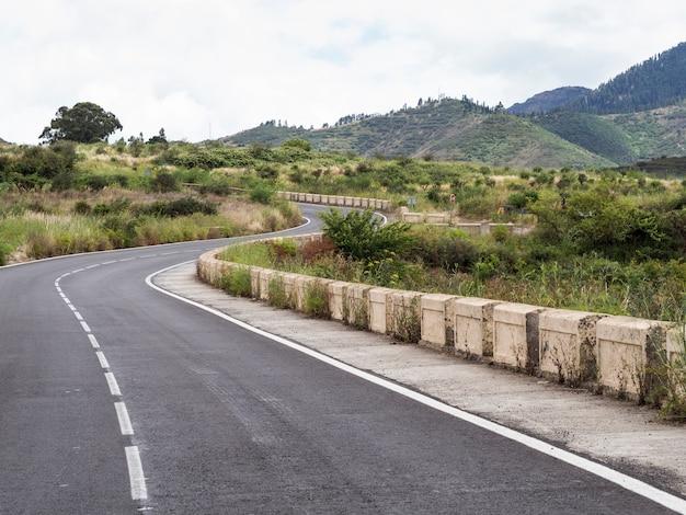 Landstraßenstraßen mit natürlicher landschaft