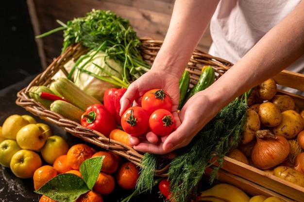Landwirt, der bio-gemüse am markt rustikales stilgesundes lebensmittelkonzept verkauft