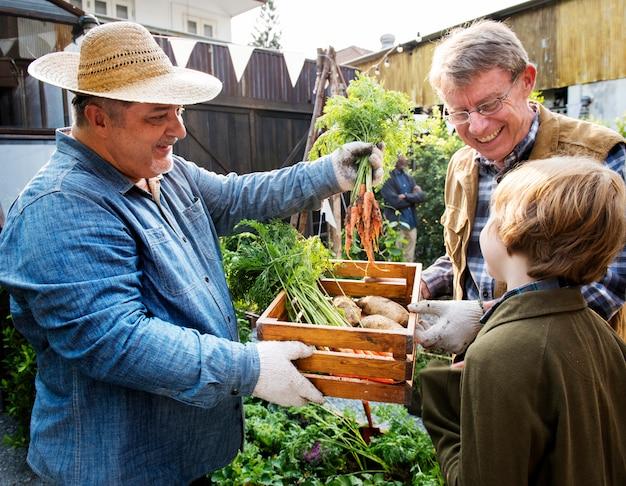 Landwirt mit biologischer naturproduktgemüseanbau