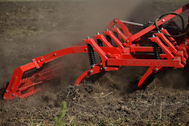 Landwirtschaftliche pflugnahaufnahme aus den grund, landwirtschaftliche maschinerie.