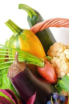 Landwirtschaftliche produkte in einer korbnahaufnahme. gemüse und obst aus dem garten ernten