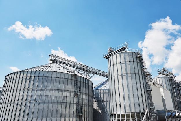 Landwirtschaftliche silos. gebäude außen.