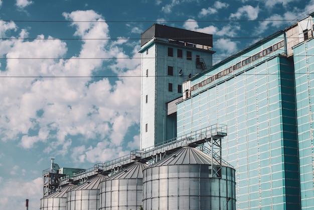 Landwirtschaftliche silos.