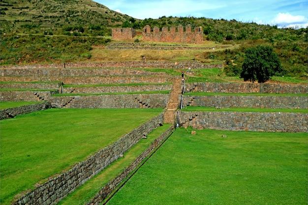 Landwirtschaftliche terrassen der archäologischen stätte von tipon auf 3.400 metern über dem meeresspiegel