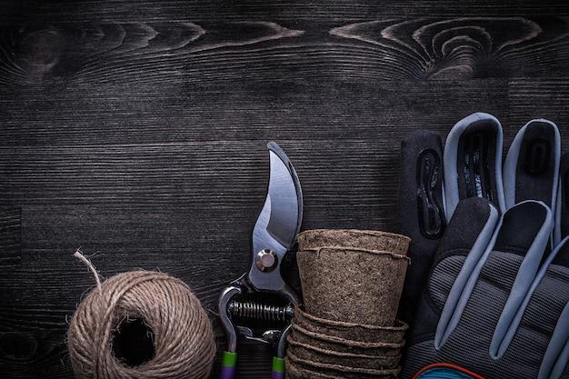 Landwirtschaftliche werkzeuge auf dunklem tisch