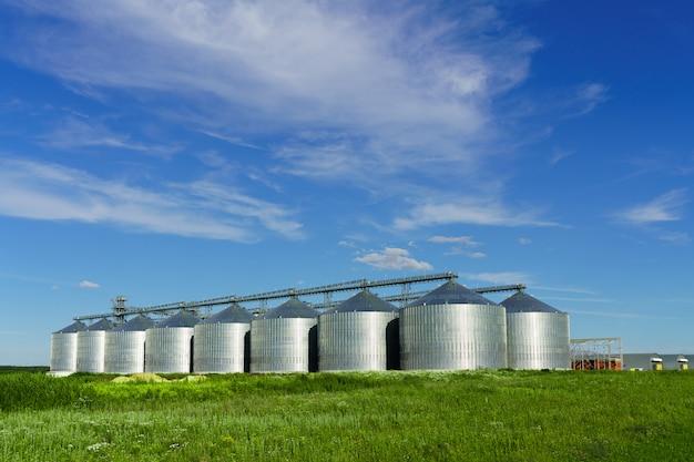 Landwirtschaftliches gebäude in einem feld