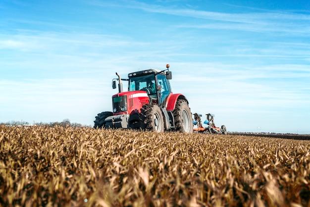 Landwirtschaftliches maschinenanbaufeld des traktors