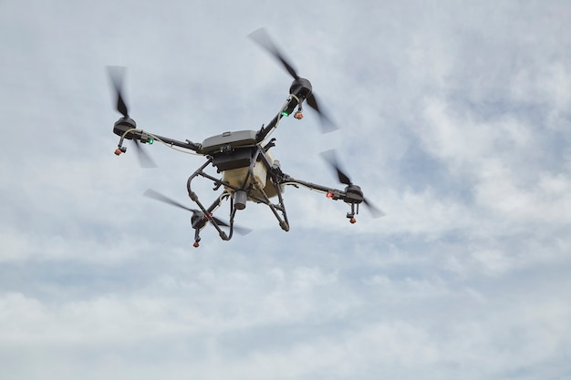 Landwirtschaftsdrohne fliegt zu gespritztem dünger mit künstlicher intelligenz von drohnen, maschinellem lernen, digitalem zwilling, 5g, big data, iot, erweiterter gemischter virtueller ralität, ar, vr, roboter