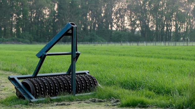 Landwirtschaftsmaschinerie in einer niederländischen wiese