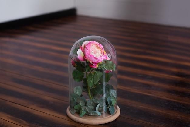 Lang anhaltende rose in einer flasche, in einer glaskuppel, stabilisiert, ein geschenk. lebende rose in einer glasflasche. erhaltene rosa rose. das perfekte geschenk für muttertag, valentinstag, jubiläum oder geburtstag.