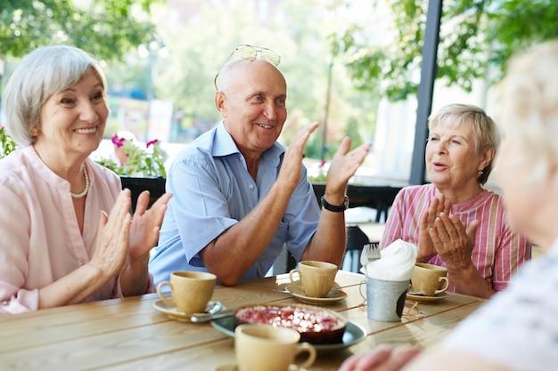 Lang erwartete versammlung älterer menschen