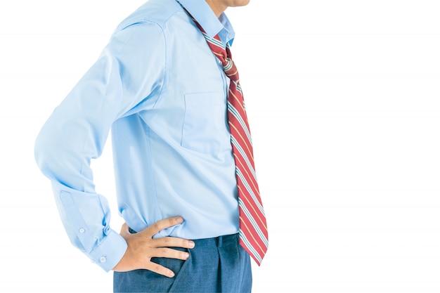 Langärmliges hemd der mannabnutzung, das mit in die seite gestemmtem mit beschneidungspfad steht