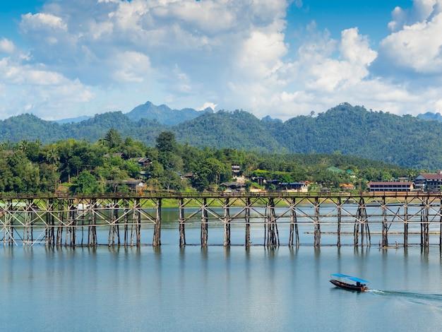 Lange alte holzbrücke in sangklaburi kanchanaburi provinz thailand