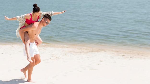 Lange aufnahme eines glücklichen paares am strand