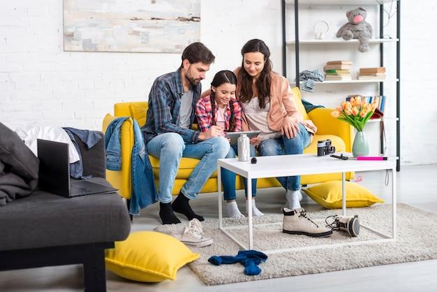 Lange aufnahme von glücklicher familie und unordentlichem zuhause