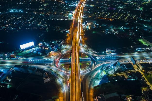 Lange belichtung bei nachtstadtbild und ringstraßenverkehrsautotransport