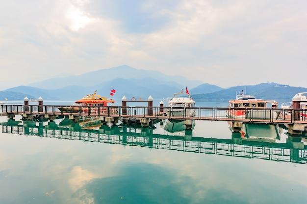 Lange belichtung des hafens mit zeit der boote morgens bei sun moon lake, nantou-stadt, taiw