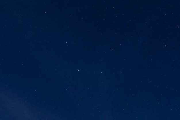 Lange belichtung des sternenklaren nächtlichen himmels