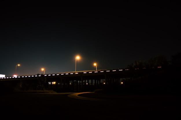 Lange belichtung einer autobahnüberführung nachts