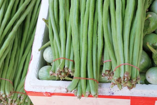 Lange bohnen und auberginen am markt