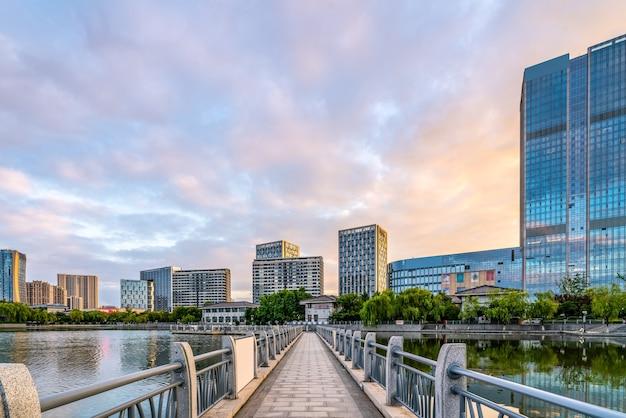 Lange brücke im park und urbane moderne architekturlandschaft