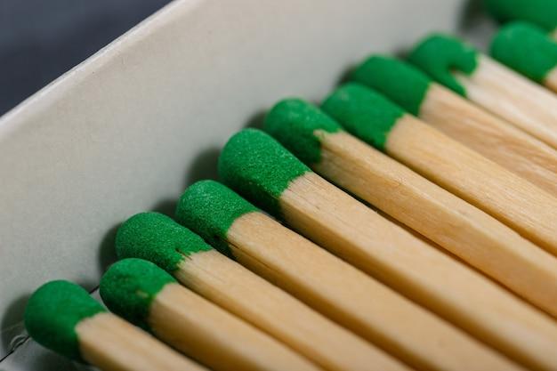 Lange holzstreichhölzer mit grünem grau in einer schachtel