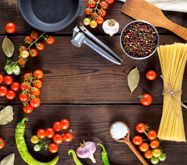 Lange pasta roh mit seil und zutaten gefesselt