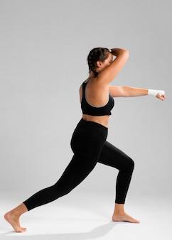 Lange sicht der karatefrau schützend