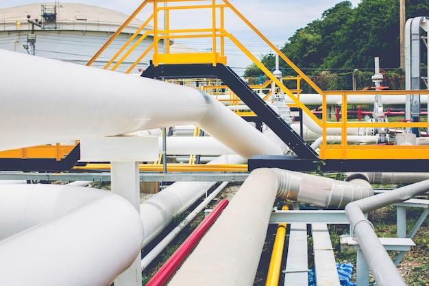 Lange stahlrohre in der rohtankölfabrik während der raffinerie petrochemieindustrie in der gasbrennerei