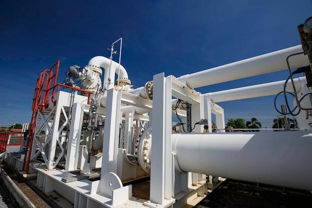 Lange stahlrohre und rohrkrümmer in der stationsölfabrik während der raffinerie petrochemieindustrie in der gasbrennerei.