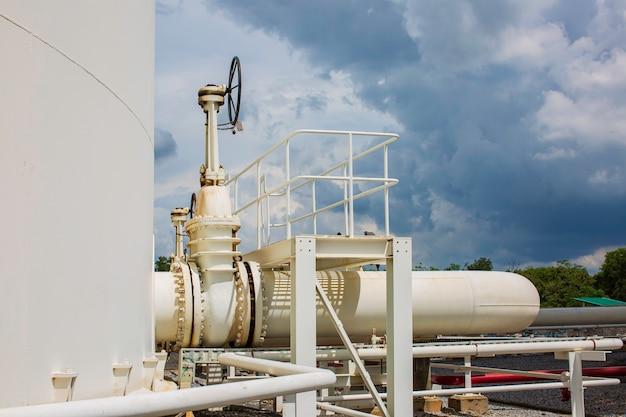 Lange stahlrohre und ventilrohrkrümmer in der stationsölfabrik während der raffinerie.