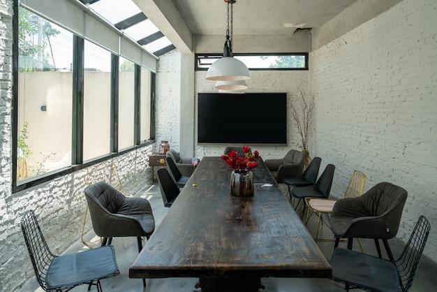 Lange tische und stühle im restaurant Premium Fotos