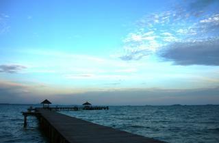 Langen tropischen pier bei sonnenuntergang