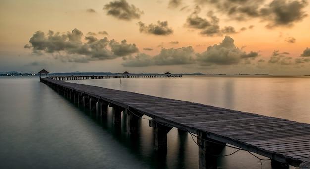 Langer holzbrückenpavillon im schönen tropeninselstrand