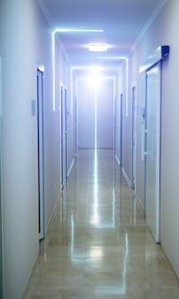Langer korridor im krankenhaus.