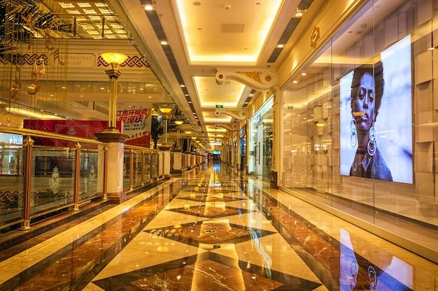 Langer korridor und schaufenster