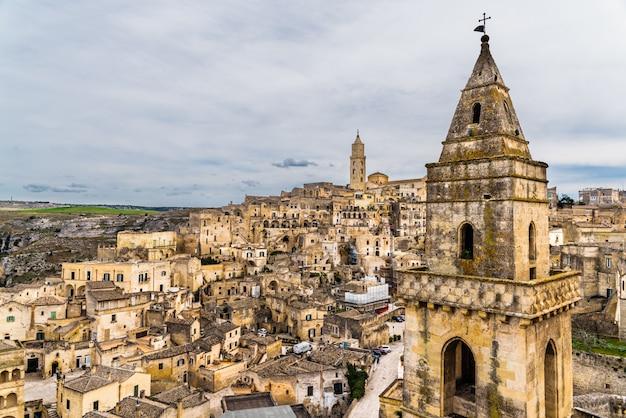 Langer panoramablick auf die felsige altstadt von matera mit ihren steindächern.