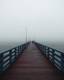 Langer pier am meer. nebeliges wetter mit nebel