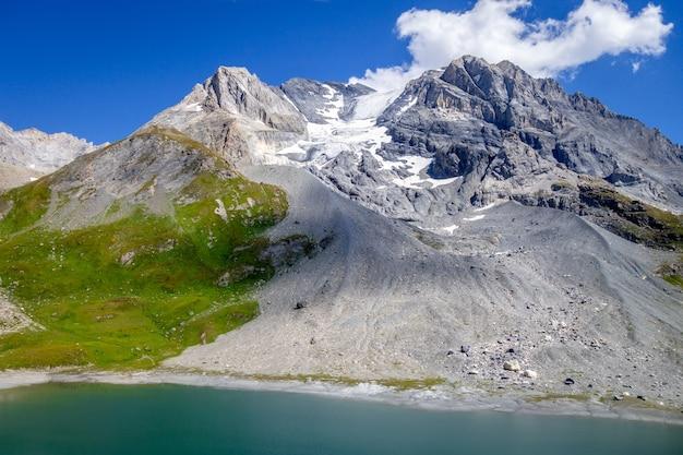 Langer see und grande casse alpengletscherlandschaft in französischen alpen