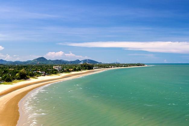 Langer strand und sonnenlicht des schönen sommers das tropische in thailand