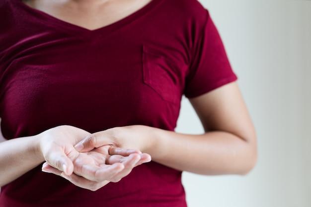 Langes arbeiten der frauenhandgelenk-armschmerz