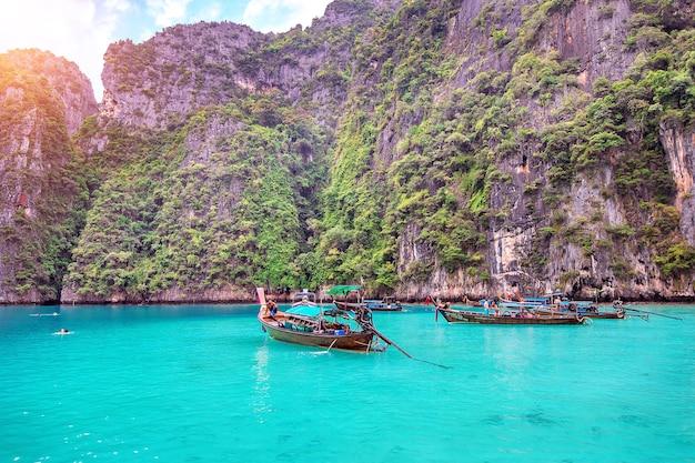 Langes boot und blaues wasser an der maya-bucht in phi phi island, krabi thailand.