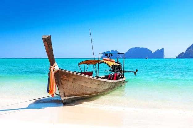 Langes boot und tropischer strand, andamanensee, thailand