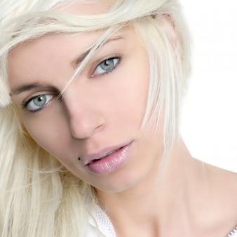 Langes haar des schönen blonden mädchenmodewinds über weiß