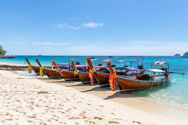 Langes schwanzboot auf dem sand im meer in phi phi island