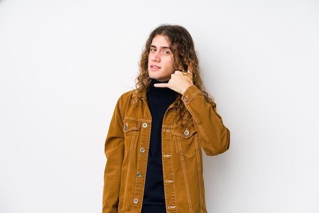 Langhaariger mann posiert isoliert und zeigt eine handy-anrufgeste mit den fingern.