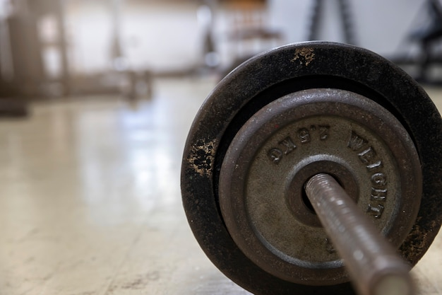 Langhantel auf dem gestell im fitnessstudio.