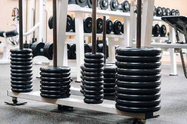 Langhantelscheiben in reihen im fitnessstudio gestapelt.