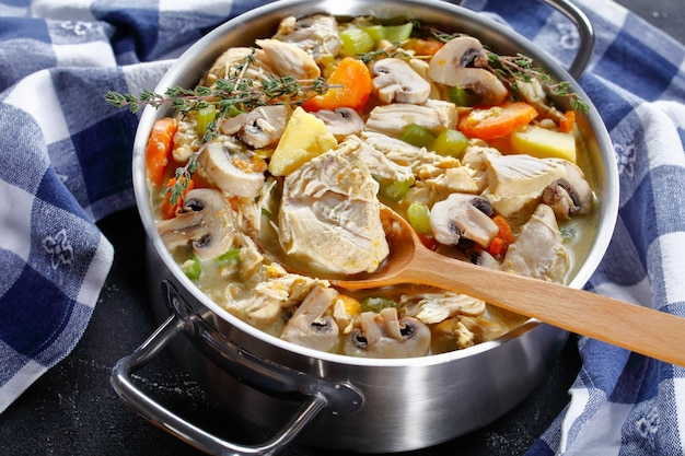 Langsam gekochter hühnereintopf mit gemüse, pilzen