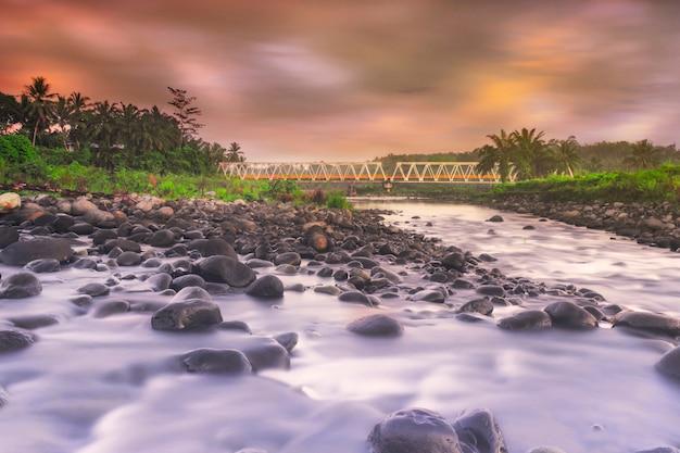 Langsame geschwindigkeit für wasser im fluss am morgen in nordbengkulu